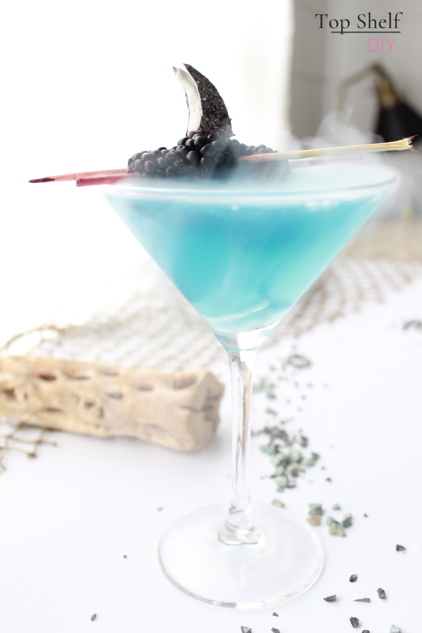 Mommy Shark: the cocktail. Get the recipe, food art printables and stickers here :) #babyshark #momcocktails