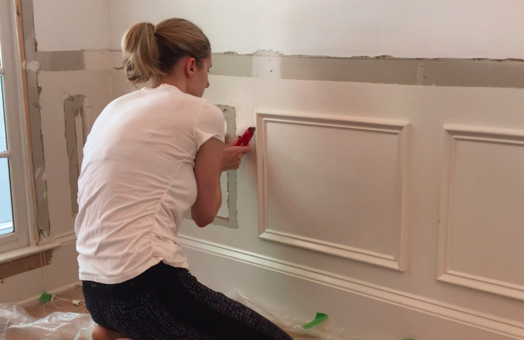 How to remove wainscoting from drywall (with minimal damage to your walls!). Pin this for later!