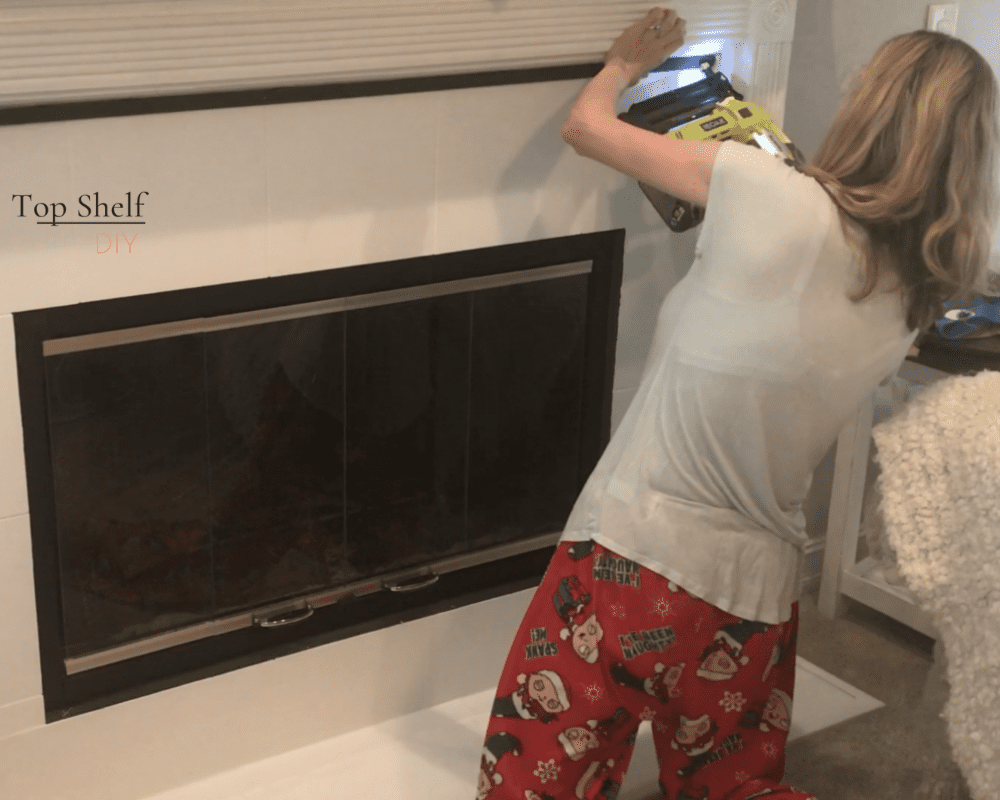 Upgrade your 90s marble fireplace with a little paint to get the most bang for your buck! Get your mantel holiday-ready following this simple decorating tutorial.  #Marblefireplace #Fireplace makeover #Fireplace design #Modern fireplace #Seasonalmanteldécor